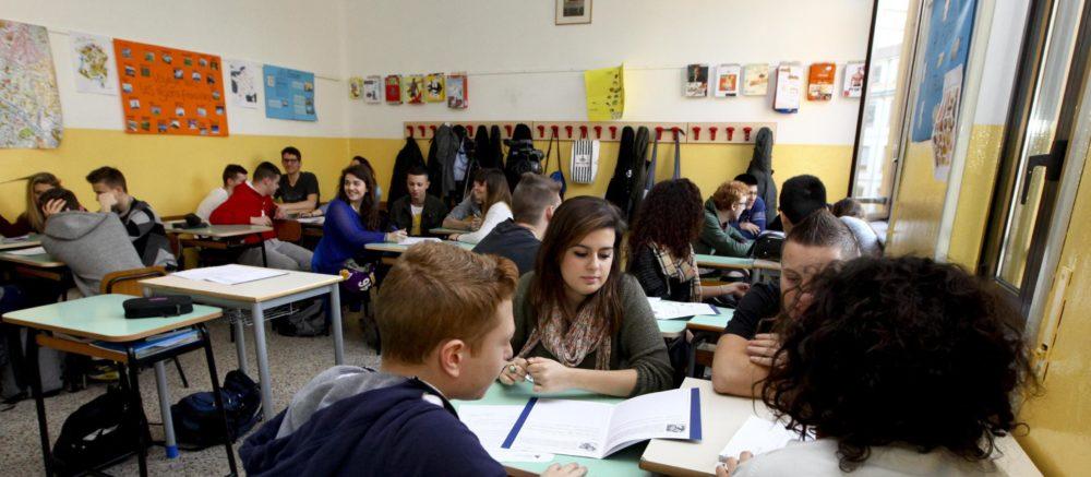 Una immagine dell'evento educazione al risparmio a scuola di Axa Assicurazioni, nell'ambito dello Junior Achievement all'Istituto delle Suore di Maria Consolatrice, Milano, 18 marzo 2014. ANSA/ MOURAD BALTI TOUATI