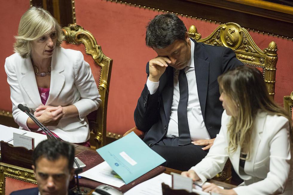 Il ministro dell'Istruzione Stefania Giannini ai banchi del governo in Senato con il presidente del Consiglio Matteo Renzi e il ministro per le Riforme Maria Elena Boschi (Roberto Monaldo / LaPresse)