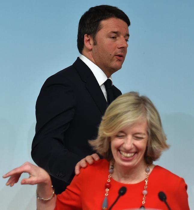Il presidente del Consiglio Matteo Renzi e il ministro dell'Istruzione, Stefania Giannini, durante la conferenza stampa al termine del Consiglio dei Ministri a palazzo Chigi, Roma, 03 marzo 2015.    ANSA/ETTORE FERRARI